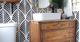 Mustertapete in Badezimmer mit Puderraum, schwarz-weiße Tapete in Farmhous - #B...