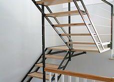 Offene Treppe. Architektur und Design mit Holz und Metall.